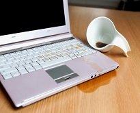 Залили ноутбук жидкостью.
